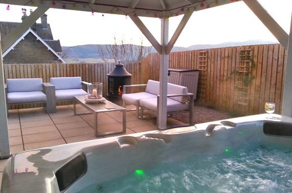 Luxury cabin stay & hot tub, nr Pitlochry